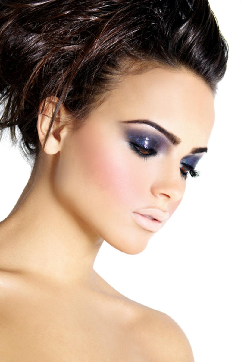 Фото девушки с красивой прической и макияжем